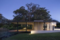 Willa Pavilion by Matthew Woodward Architecture situated in Somersby NSW, Australia. The Wirra Willa Pavilion is a Miesian inspired glass pavilion situated in a… Glass House Design, Modern House Design, Architecture Résidentielle, Australian Architecture, Farmhouse Architecture, Glass Pavilion, Pavilion Design, Australian Homes, Exterior