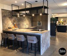 Deze op maat gemaakte donker grijs gebeitste eiken keuken met dit prachtige marmeren aanrechtblad kun je zien in onze keukenstudio in Malden.