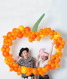 DIY pumpkin balloon backdrop perfect for your Halloween party photobooth. It's as simple as taking balloons and gluing them to cardboard. Diy Halloween Party, Comida De Halloween Ideas, Halloween Backdrop, Halloween Dance, Halloween Balloons, Easy Halloween Crafts, Halloween Carnival, Halloween Photos, Halloween Birthday