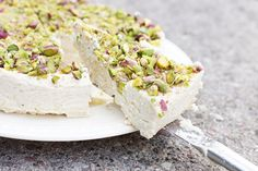 Creamy Cashew Cheesecake with White Chocolate and Pistachios. (Scroll down for recipe in English)