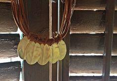 Collar corto, realizado con cintas de antelina color cuero y cinco hojas acabado color oro mate.  Para más información o venta, contactar: cc_carrera@yahoo.es