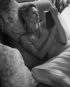 Femininity, Lady, Woman People Reading, Woman Reading, Love Reading, Reading Books, Good Books, Books To Read, Sexy Librarian, Book Writer, Tumblr