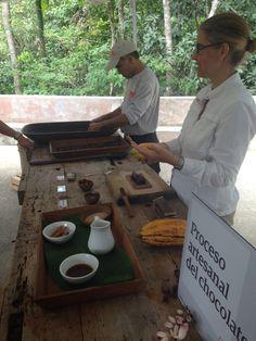 La intérprete Zamira explica el proceso artesanal de preparar chocolate con la semilla del cacao en #HaciendaBuenaVista. Ven a conocer el proceso del #CacaoalChocolate.