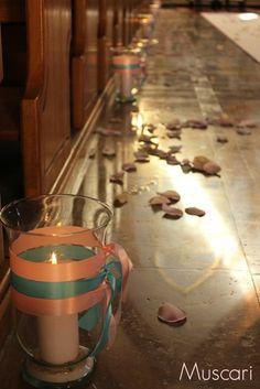 alejka ślubna w kościele z lampionami
