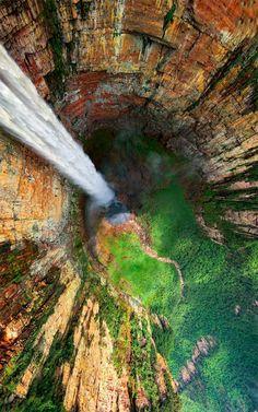 The view down Dragon Falls, Venezuela ドラゴンフォール,ベネズエラ
