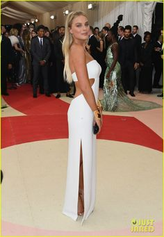 Margot Robbie Stuns in White Cut-Out Dress at Met Gala 2016 | margot robbie met gala 2016 09 - Photo