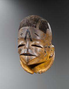 Masque-heaume Mapico, Makonde, Mozambique - Tanzanie, XIXe ou première partie du XXe siècle. Bois, cheveux, cire et pigments. H. : 27 cm © Yann Ferrenadin, photo : Hughes Dubois