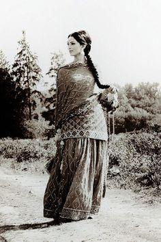 Love the vintage look, beautiful and elegant! Chiffon Maxi, Chiffon Rock, Wedding Dress, Desi Wedding, Wedding Outfits, Farm Wedding, Wedding Couples, Boho Wedding, Wedding Hair