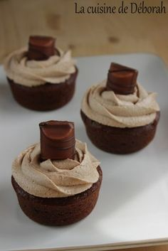 Cupcakes au Kinder Bueno – La cuisine de Déborah Cupcakes at Kinder Bueno. A delicious chocolate cupcake topped with a Kinder Bueno ganache, a real slaughter, impossible to resist ! Köstliche Desserts, Delicious Desserts, Yummy Food, Hazelnut Cake, Chocolate Hazelnut, Cupcake Recipes, Cupcake Cakes, Dessert Recipes, Mini Cupcakes