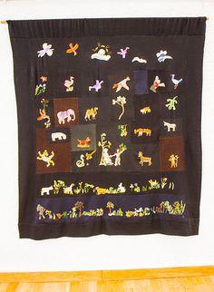 En alldeles egen värld - Lena Permér på Marks Konsthall i Kinna - I en stor, från Hallands konstmuseum inlånad broderad bonad blommar det bokstavligt ut i den bibliska berättelsen om Edens lustgård.  Paradiset heter den.