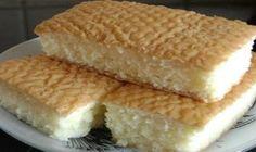 """Tento koláčik, hovoríme mu """"tvaroháč"""" pripravujem už celé roky a nikdy sa ho nenabažíme.Chuť tohto tvarohového koláča je úplne skvelá!Nižšie nájdete môj rokmi osvedčený recept. Ingrediencie: 400 g polohrubej múky preosiatej 250 g masla 2 vajcia 250 g práškového cukru 1 bal. prášku do pečiva náplň: 1 kg jemného tvarohu 3 žĺtky 6 lyžíc práškového cukru Kôru z jedného citróna"""