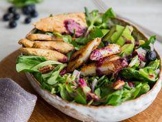 Feldsalat mit Hähnchen und frittiertem Ziegenkäse