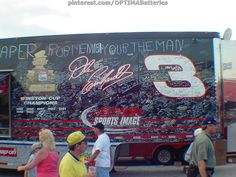 After Dale #Earnhardt died in 2001, #NASCAR fans thanked him for all the autographs & memories he gave them over the years, by signing his memorabilia trailer