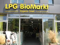 Senefelderplatz, 10119 Berlin LPG bio market at Senefelder Platz… Berlin With Kids, Organic Supermarket, Organic Brand, Outdoor Cafe, Travel With Kids, Organic Recipes, Germany, Rest, Europe
