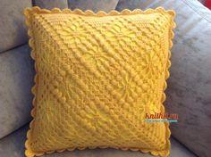 3 moldes para hacer Funda de cojín a crochetConMoldes.com Artisan, Throw Pillows, Crochet Doilies, Crochet Stitches, Making Cushion Covers, Carnation Bouquet, Toss Pillows, Cushions, Craftsman