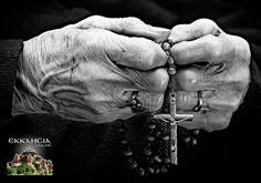 Hail Mary full of Grace, the Lord is with thee, blesses art thou amoung women… Praying Hands With Rosary, Photo Main, Kneeling In Prayer, Hand Photography, Creative Photography, Holy Rosary, Les Religions, Photo D Art, Black And White