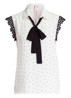 Das Blusentop von MARCCAIN ist mit Sternchen bedruckt und begeistert mit Ihrer Optik und dem Trage-Gefühl. Der klassische Hemdblusenkragen ist mit einer zusätzlichen Schluppe verziert, die man je nach Belieben weglassen kann. Kids Clothes Patterns, Clothing Patterns, Blouse Patterns, Blouse Designs, Carla Souza, Sewing Doll Clothes, Mix Style, Cute Tops, Casual Tops