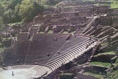 Teatro romano en Lyon, Francia.  Fue construido junto a la colina de Fourvière, que se encuentra en el centro de la ciudad romana. El teatro se construyó en dos etapas: alrededor del 15 a.C, un teatro con un diámetro de 90 metros fue construido al lado de la colina. A principios del siglo segundo, la composición final añadió un último lugar para la audiencia. El diámetro es de 108 metros y había asientos para 10.000 personas.