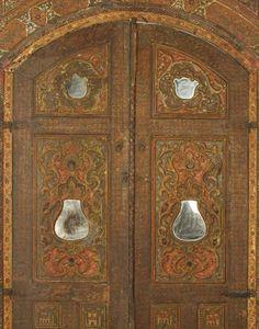 SALON OTTOMAN SYRIEN, DATÉ 1232 H. / 1815 Intérieur de salon, qa'a, d'une maison syrienne, en bois de cèdre sculpté, stuqué, peint en polychromie et doré - feuille d'argent recouvert de vernis jaune -, rehaussé de miroirs, comprenant murs, corniches, panneaux et niche à muqarnas. L'ensemble présente un décor peint de cartouches, médaillons et rubans dessinant des cercles garnis de motifs variés: vases fleuris, coupes de fruits, pastèques transpercées de poignards, inscriptions et…