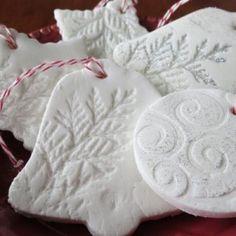 Fehér karácsonyfadísz szódabikarbóna, keményítő, víz felhasználásával