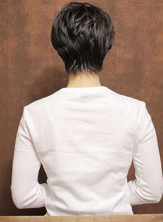 襟足をスッキリさせ頭の形を良く見せたショートスタイルです。前髪を長めに設定し、ひし形シルエットになる様にレイヤーを入れる事により面長を解消してくれるスタイルです。