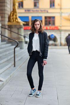 Den Look kaufen: https://lookastic.de/damenmode/wie-kombinieren/bomberjacke-dunkelblaue-t-shirt-mit-rundhalsausschnitt-weisses-enge-jeans-schwarze-niedrige-sneakers-dunkelblaue/2563 — Dunkelblaue Bomberjacke — Weißes T-Shirt mit Rundhalsausschnitt — Schwarze Enge Jeans — Dunkelblaue Niedrige Sneakers