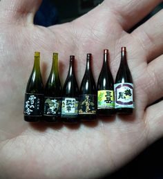 新作。久しぶりにミニチュア製作。 手抜きだけどw このラインナップは全部うちの店にあるお酒です。 思ってるより小さいよ。 #ミニチュアフード #日本酒 #handmade #焼酎 #雪の茅舎 #七冠馬 #麟辛 #黒霧島 #三岳 #鶴見