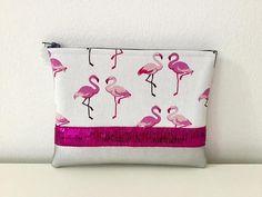 Es un embrague exótico para alegrar tu look y tu vida diaria. Cubierta de flamencos de mujer: -tela de piel sintética y la grey con los animales aumentaron a una franja de color rosa brillante -tapa acolchada y forrada en algodón gris en armonía -Bolsa con gris de cremallera -zip adornado de un Plexiglas rosa Flamingo para un bonito guiño a la razón para la cubierta Esta Dimensiones bolsa gris y rosa: 20 cm x 15 cm