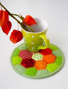 """How to Make a """"Colors of Autumn"""" Hot Pad – a free tutorial on the topic: Patchwork ✓DIY ✓Steps-By-Step ✓With photos Patchwork Tutorial, Patchwork Quilt Patterns, Hexagon Quilt, Patchwork Designs, Patchwork Ideas, Patchwork Fabric, Small Quilts, Mini Quilts, Hot Pads"""