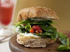 Sesamsemmel mit gebratener Paprikaschote und Spinat ist ein Rezept mit frischen Zutaten aus der Kategorie Blattgemüse. Probieren Sie dieses und weitere Rezepte von EAT SMARTER!