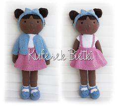 Shamika - zabawka wykonana ręcznie na szydełku. Lalka ubrana jest w sukienkę, sweterek oraz szydełkowane buciki. Na głowie ma opaskę na w...