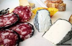 """Do you know what the """"Merenda Sinoira"""" (literally """"evening snack"""") is? It is a singular ancient and typical Piedmontese tradition born in the early 1800's when the farmers before dinner consumed this #appetizer with #salami #cheese #bread #redwine Read my blog www.unicamente.me  #italian #snack #webstapick #picoftheday #progettoblog #cantineaperte2017 #unicamente #thepursuitofuniqueness"""