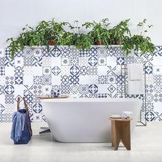 Com inspiração na azulejaria local do sul de Portugal, o Algarve Mix traz uma mistura incrível de cores e desenhos contemporâneos. Além disso, a sua pintura levemente desgastada traz um ar vintage incrível ao ambiente.  #portobello_sa #portobellolovers #Algarve #Mix #porcelanato#azulejo #lançamento #coleçao2017 #PuraMateria #azulejaria #decor#decoraçao #arquitetura #architect #design  #interiordesign #home#homedecor #versatil #modernista #blue #white