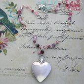 Vaaleanpunainen sydänmedaljonki 30€ #sydänmedaljonki