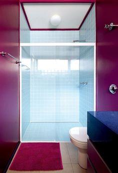 Selecionamos algumas ideias contemporâneas e inspiradoras para quem vai reformar ou decorar banheiros e lavabos. Com um colorido aqui, um revestimento diferente ali ou uma bancada que foge do tradicional, a ideia é deixar a monotonia dos banheiros brancos e neutros de lado e abusar da criatividade.
