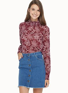 Exclusivité Twik     Une touche chic à votre garde-robe avec ce haut classique rehaussé d'arabesques florales   Col montant victorien pure mode…