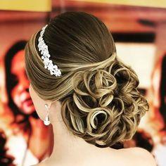 Discover penteadossonialopes's Instagram Boa noite ❤️❤️ #PenteadosSoniaLopes ✨ . . . #sonialopes #cabelo #penteado  #noiva #noivas #casamento #hair #hairstyle #weddinghair #wedding #inspiration #instabeauty #beauty #penteados #novia #tranças #inspiração