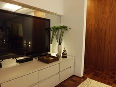 O piso de taco original do apartamento foi mantido trazendo mais conforto ao ambiente | Decoração | marcelasantiago.com.br