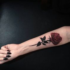 Rose tattoos for women are the latest in-vogue fashion. We cover the most popular rose tattoos for women, their meanings, and examples. Body Art Tattoos, New Tattoos, Small Tattoos, Sleeve Tattoos, Inner Wrist Tattoos, Rosen Tattoo Frau, Rosen Tattoos, Pretty Tattoos, Beautiful Tattoos