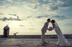Five romantic-must-shots for your wedding in Cartagena: 1- A kiss in a fortress at sunset. Pablo Salgado Photography. #mibodaencartagena  #bodascartagena #weddingplannercartagena #organizadorabodas #cartagena