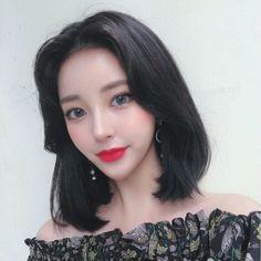 หั่นสั้นให้ได้ลุคชิค กับ ผมยาวประบ่า สไตล์ผู้หญิงเท่ผสมเปรี้ยว สวยเฉียบ ชิคกว่าใคร Korean Ulzzang, Ulzzang Girl, Korean Face, Interesting Faces, Selfie, Medium Hair Styles, Beautiful Women, Cosplay, Photo And Video