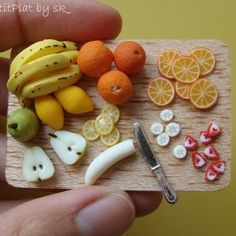 Miniature Food Fruit Prep'Board # 2 - Miniatur Diy - Chemistry Informations Polymer Clay Kawaii, Polymer Clay Animals, Miniature Crafts, Miniature Food, Rilakkuma, Vocaloid, Doll House Crafts, Barbie Food, Stationery Craft