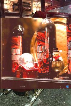 Το αγαπημένο σας στέκι στο Κερατσίνι, το Χρησιμοπωλείον, μπήκε για τα καλά στο Χριστουγεννιάτικο πνεύμα! Whiskey Bottle, Drinks, Food, Beverages, Drink, Meals, Yemek, Beverage, Eten