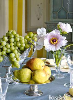 Balance harva kukkakimpun kanssa täynnä kulhot hedelmiä, kuten tässä ruokasalissa Miles Redd.