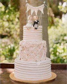 Preciosa tarta con unas figuritas de novios que nos encantan
