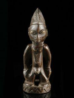 """4 Figur, """"ibeji"""" Yoruba, Nigeria H 23 cm.   Provenienz: Schweizer Privatsammlung, Zürich.  Über Zwillinge wurde schon immer gerätselt: Vergöttert oder verteufelt, in Legenden und Mythen, ja sogar in der Astrologie finden wir die Paare als Ausdruck der Faszination, die von ihnen ausgeht. So auch bei den Yoruba im Südwesten Nigerias, welche nachweislich die weltweit höchste Zwillingsgeburtenrate für sich beanspruchen können."""