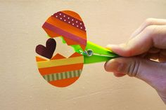 Klitzekleine Osterüberraschung aus Wäscheklammern Make Easter surprise: easter egg Related posts: Klitzekleine surprise from clothespins Do you still need a great surprise for the Easter brunch? Christmas Room, Christmas Movies, Christmas Ornaments, Monster Cookie Bars, Christmas Information, Cute Diys, Christmas Printables, Kids Cards, Pin Collection