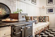 Old Swedish Husqvarna 426 vedspis. Old kitchen sofa