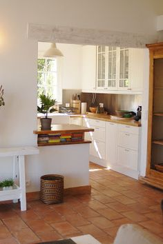 Kitchen with Barbecue: Projects and Photos - Home Fashion Trend Kitchen Flooring, Grey Kitchen Designs, Kitchen Plans, Kitchen Remodel, Saltillo Tile Kitchen, Modern Grey Kitchen, Home Kitchens, Cottage Kitchens, Kitchen Design