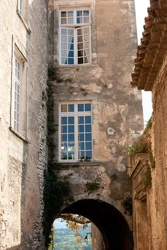 Goult, Vaucluse, Provence, France - http://www.provenceguide.com/